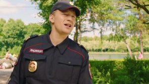 Актер Алексей Демидов в роли полицейского